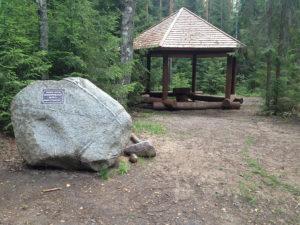 Беседка и памятный камень на экомаршруте (фото из архива Дирекции)