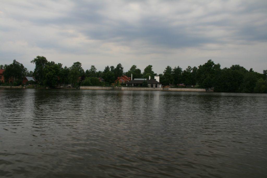 Рис. 7Б. Техногенный тип берега: бетонная набережная на частной территории