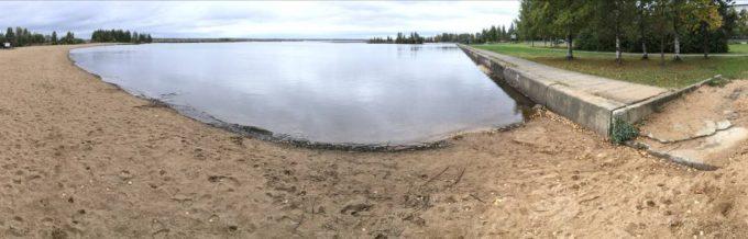Рисунок 8. Панорама локального песчаного пляжа («Детский пляж») и прилегающего к нему техногенного типа берега