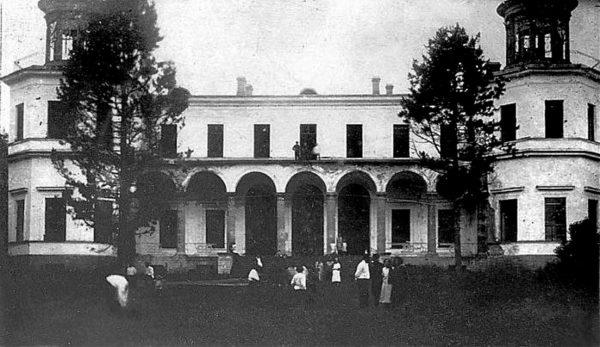 Сотрудники Института растениеводства в доме-санатории, расположенном в усадьбе графини Ю.П. Самойловой