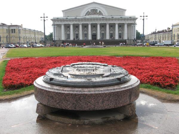 Памятный знак «300-летию города, порта и таможни». Фото Анны Тутаковой