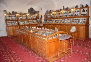 Зал систематической коллекции – главный зал минералогического музея. Фотография 2019 года