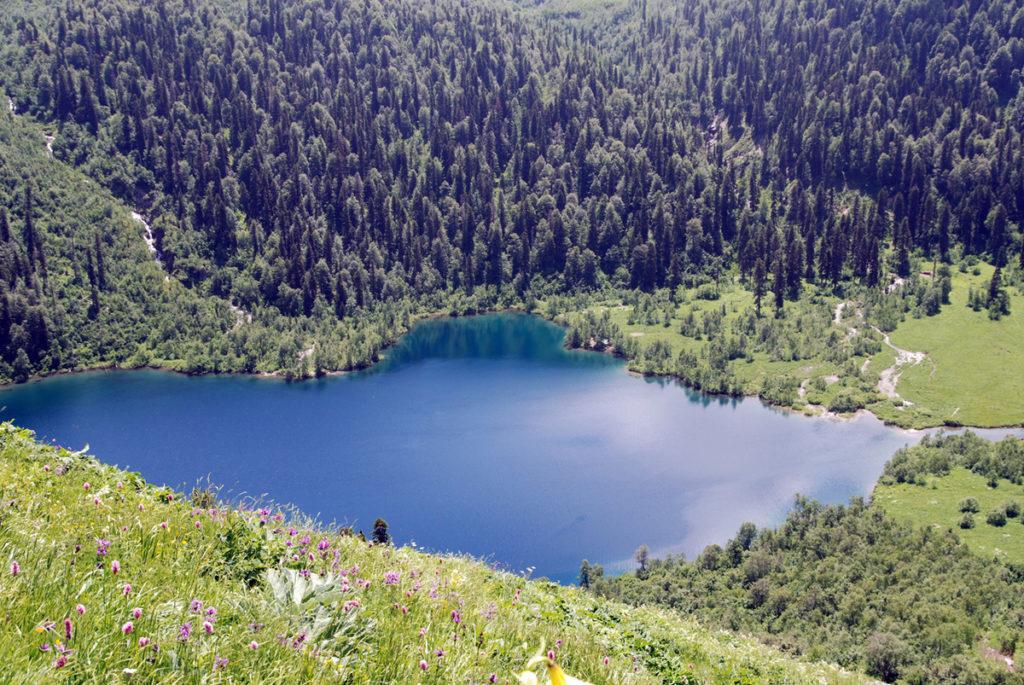 KRASNODAR REGION, RUSSIA. Lake Kardyvach in the Krasnodar Territory. (Photo ITAR-TASS / Viktor Klyushkin) 09. Ðîññèÿ. Êðàñíîäàðñêèé êðàé. 29 èþëÿ. Îçåðî Êàðäûâà÷. Ôîòî ÈÒÀÐ-ÒÀÑÑ/ Âèêòîð Êëþøêèí