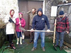 Участники субботника в саду дома Ропса настроены решительно. Фото Алексея Сенькина